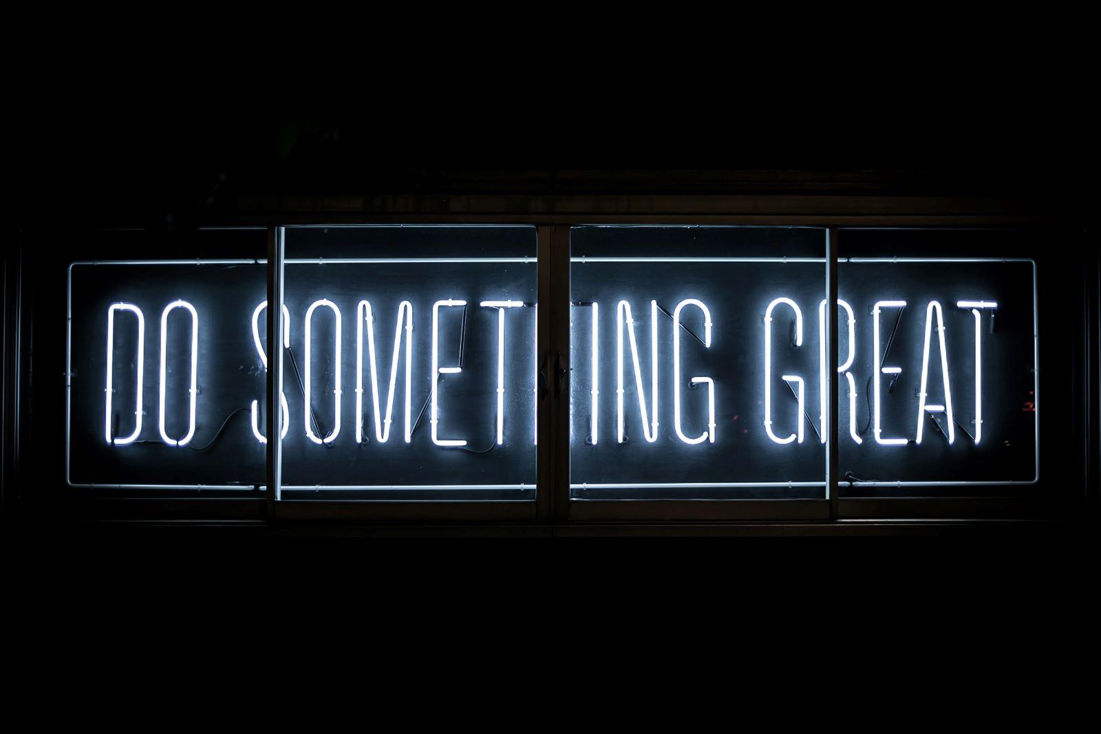 Neonletters met de tekst Do Something Great