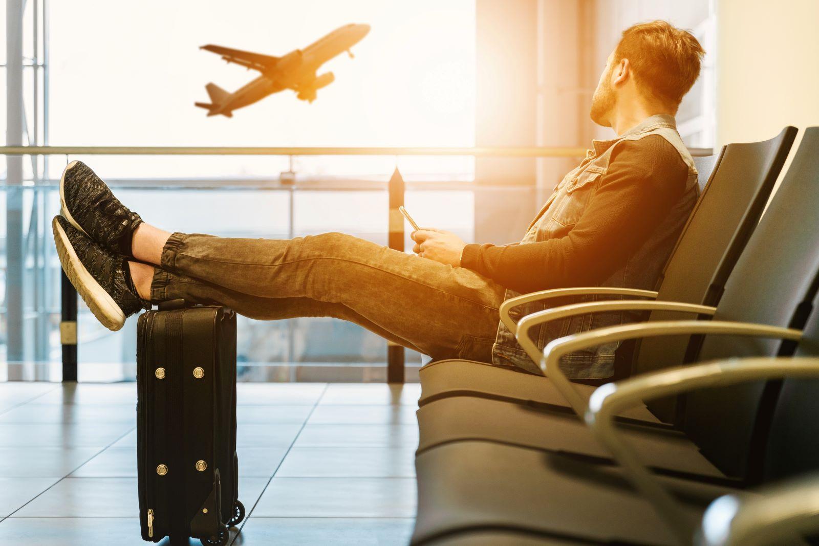 Foto van een reiziger op een luchthaven