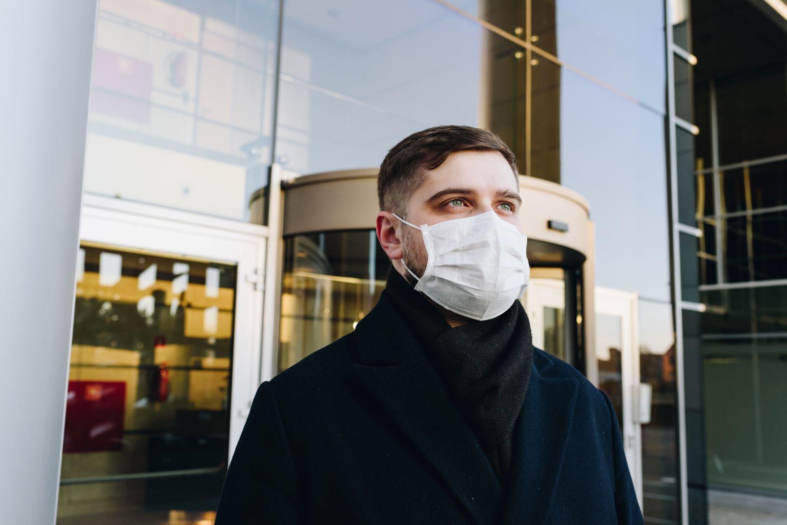 Man met mondkapje tegen coronavirus