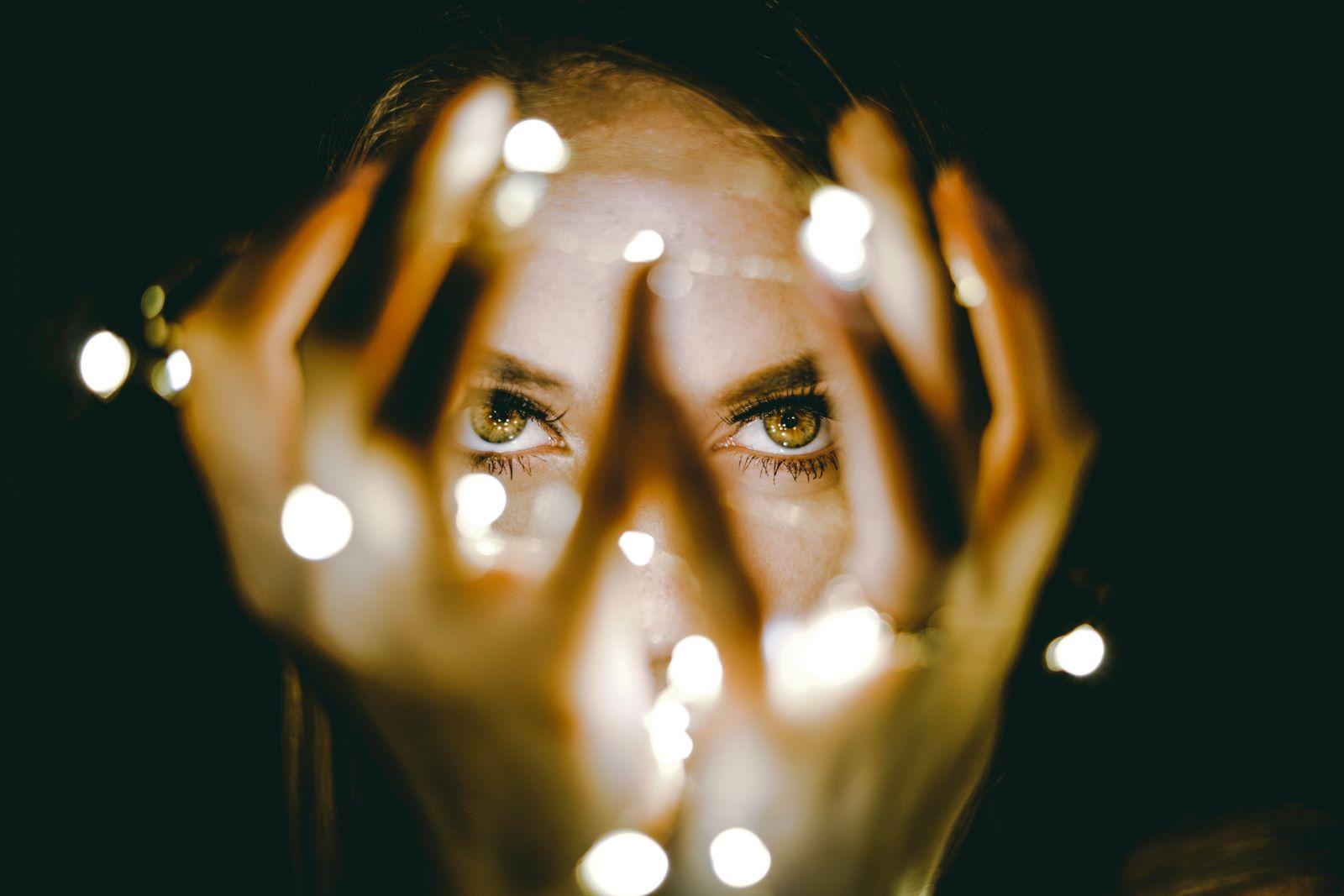 Vrouw houdt lampjesketting vast