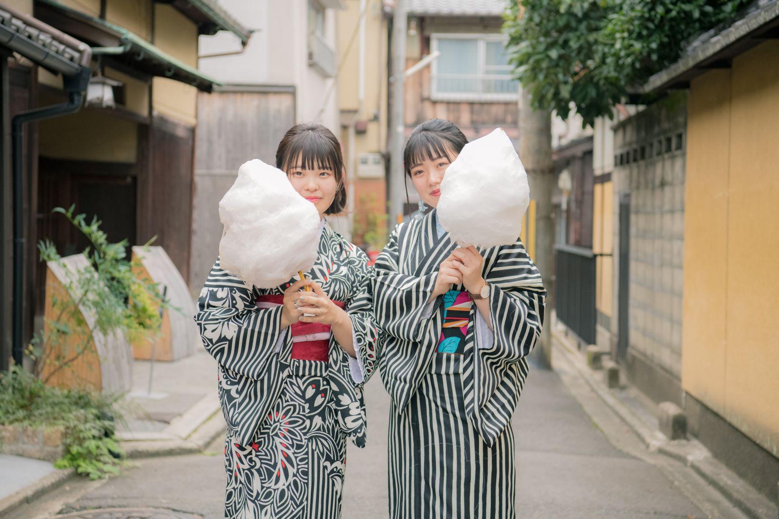 Japanse meisjes die suikerspinnen eten