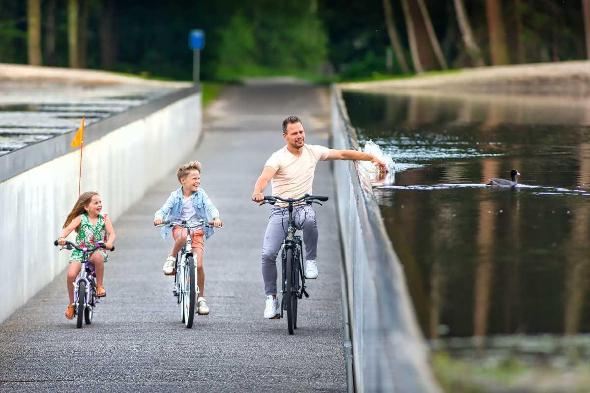 Fietspad in het water Limburg