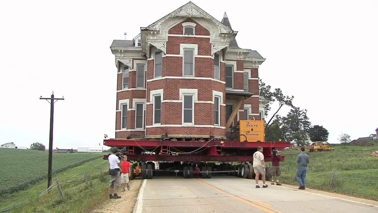 Huis wordt verhuisd met oplegger