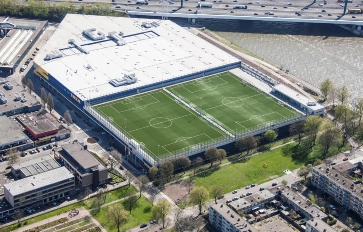 Voetbalveld op dak gebouw IKEA